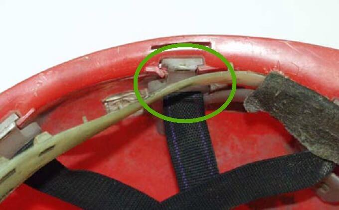 Uszkodzenia gniazd więźby wskorupie hełmu